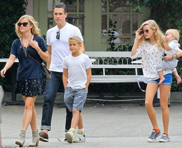 reese witherspoon family siblings parents children husband